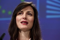 Julian King, Member of the EC in charge of Security Union, and Mariya Gabriel, Member of the EC in charge of Digital Economy and Society, will give a statement on the code of practice signed by online platforms to fight disinformation. © European Union , 2019 / Source: EC - Audiovisual Service.